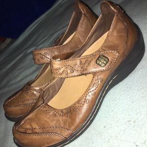 Earth brand leather Sabrina shoe in Almond SZ: 6.5